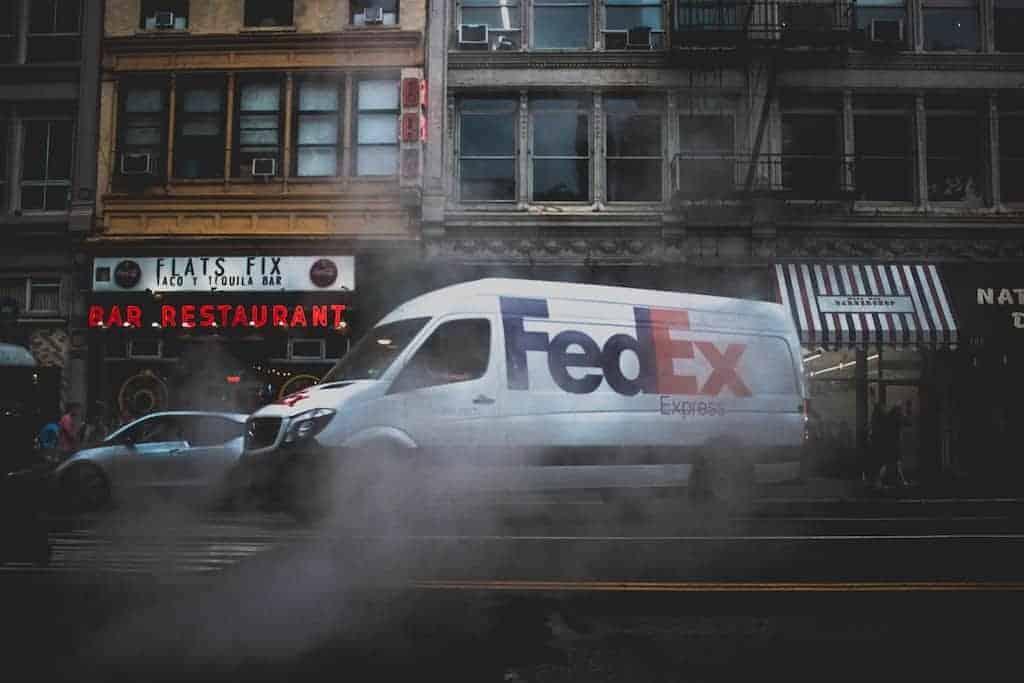Samochód dostawczy firmy kurierskiej FedEx, którastosuje opowiadanie historii (storytelling), aby lepiej komunikować swoją misję klientom ipracownikom