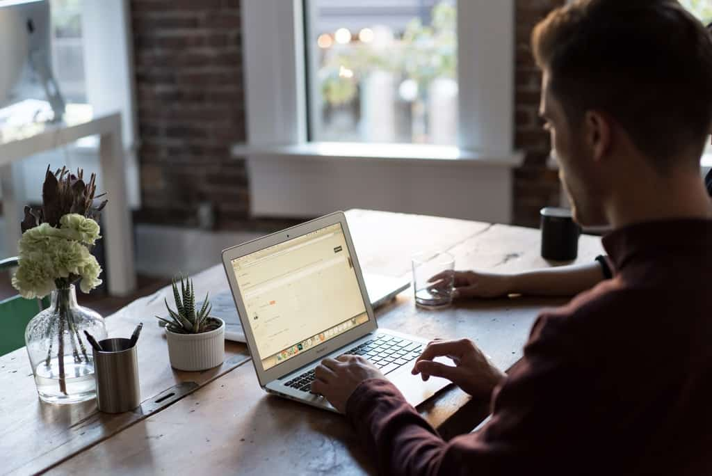 przykładowe darmowe zdjęcie – mężczyzna przy komputerze