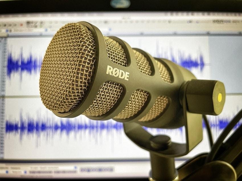 Mikrofon dopodcastów Rode PodMic jest dynamiczny, co oznacza, żezbiera mniej zakłóceń zotoczenia niż mikrofon pojemnościowy.
