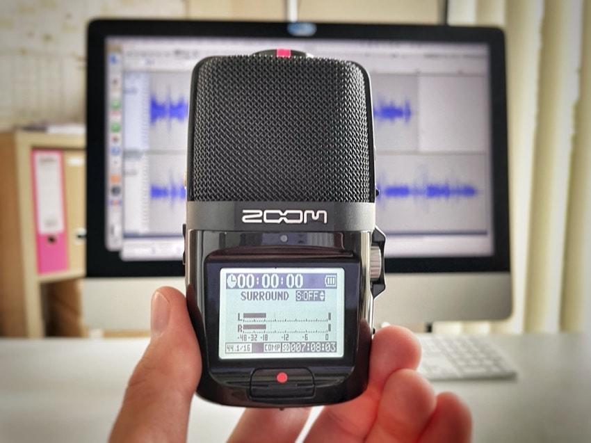 Zoom H2n tomały rejestrator dźwięku, którysprawdza się jako mikrofon dopodcastów nagrywanych wterenie.